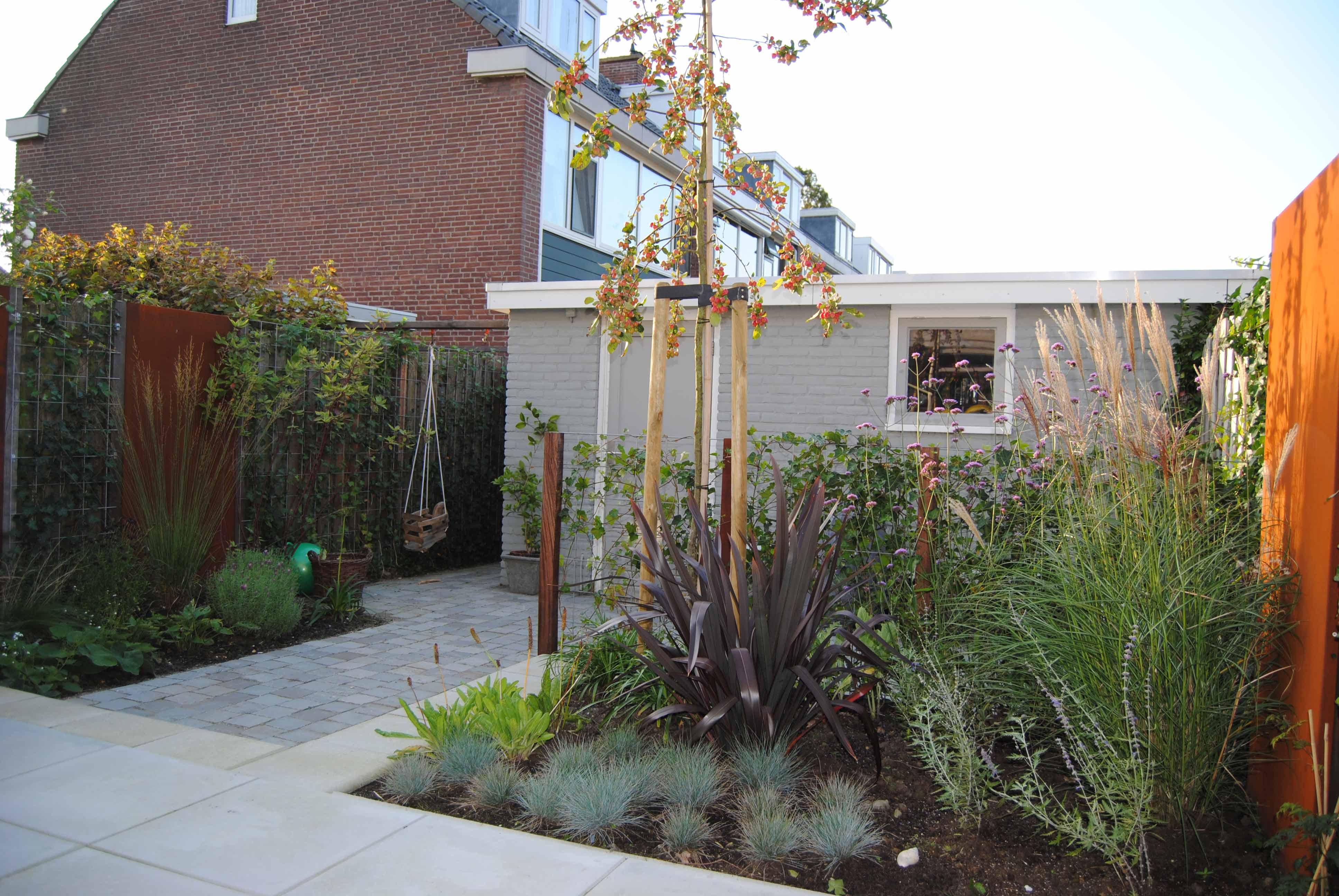 Cortenstaal in de tuin - tuinontwerp en tuinaanleg door hoveniersbedrijf Van der Waal Tuinen