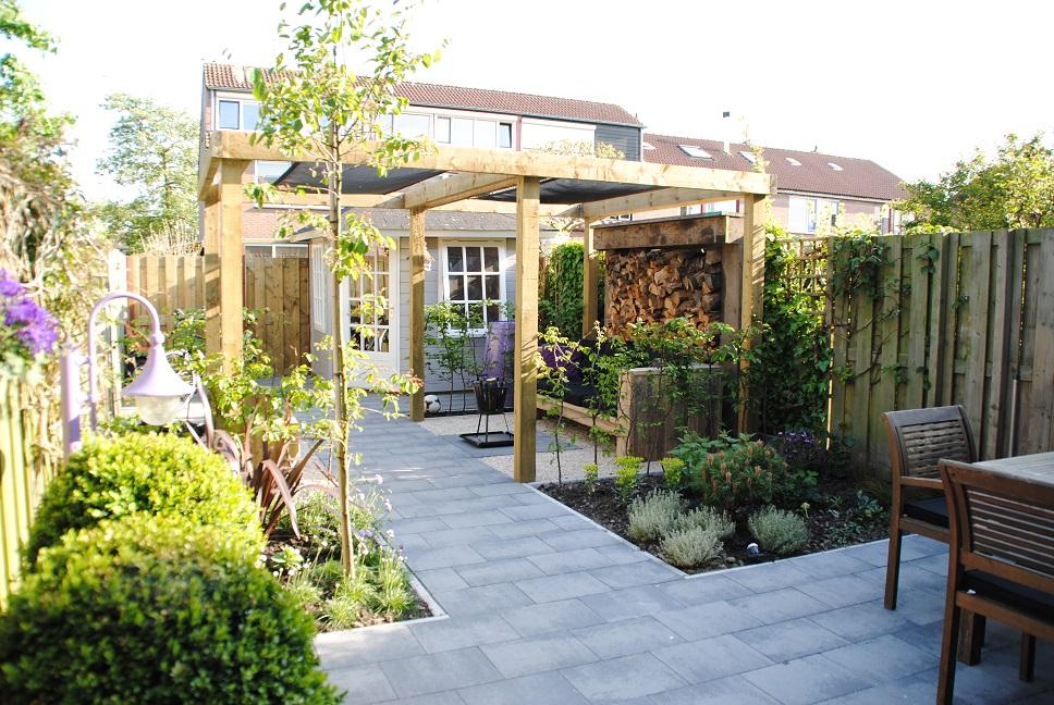 Tuinontwerp kleine tuin in piershil van der waal tuinen for Tuin aan laten leggen