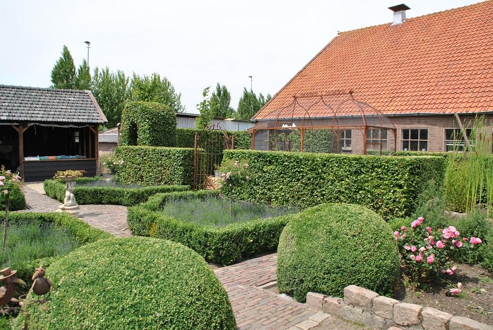 Doordat de boerderij een L-vorm heeft, is de tuin grotendeels ommuurd. Hierdoor ontstaat een intieme, geborgen sfeer. Deze sfeer wordt versterkt door de verschillende tuinkamers. De tuin is niet in een keer te overzien. De verschillende doorkijkjes zorgen voor spanning in de tuin en geven de tuin een romantisch tintje.